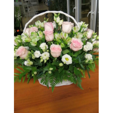 K38 FLOWER ARRANGEMENT WITH ROSES